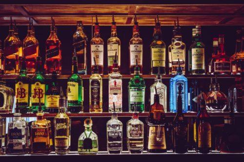 Bar z różnymi butelkami alkoholi